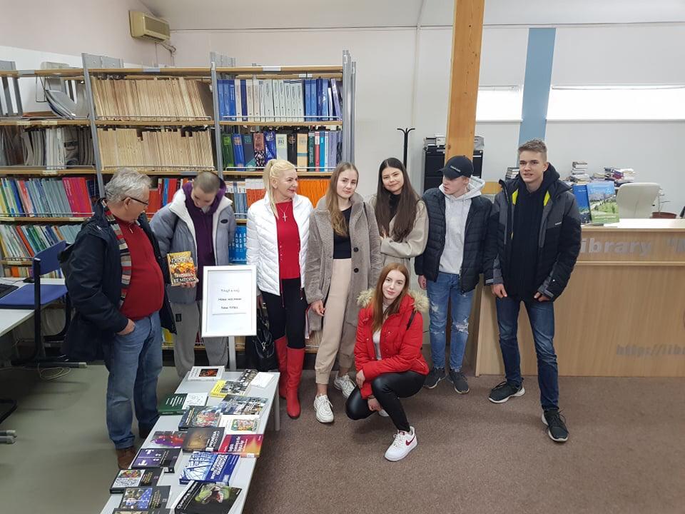 slovenská-skupina-pri-návšteve-školy
